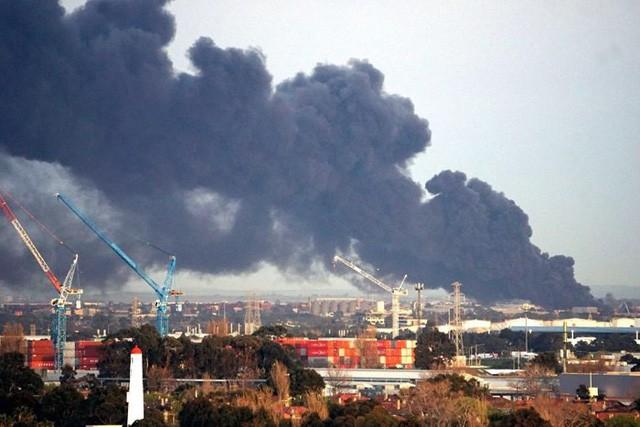 Australia: Cháy lớn sau nổ tại Melbourne, thành phố chìm trong khói độc - Ảnh 1.