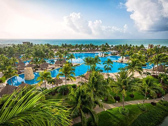 Việc nhẹ thu nhập cực cao: Sống ở resort sang chảnh, bơi cùng cá mập, chơi dù lượn để nhận ngay 2,8 tỉ đồng - Ảnh 2.