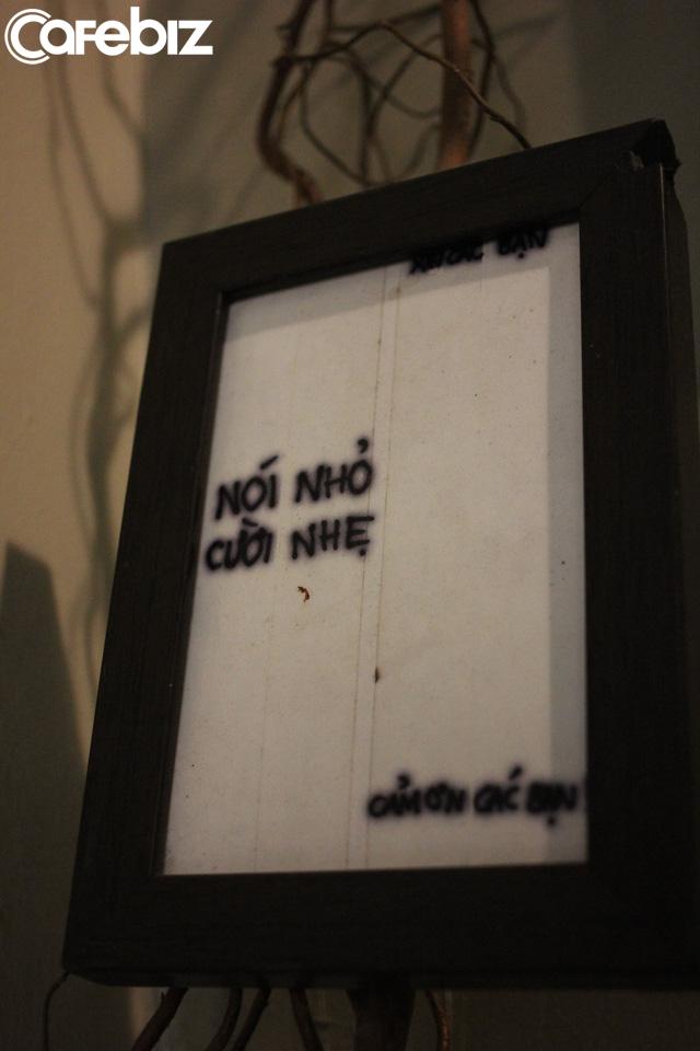 Triết lý kinh doanh lạ đời của ông chủ Reng Reng Café: Quán chỉ bán cà phê, không nước lọc, không nhà vệ sinh, không wifi, cứ đúng 3 giờ chiều là đóng cửa không tiếp khách - Ảnh 11.