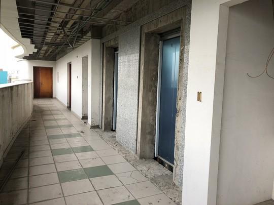 Hàng chục cư dân cố thủ ở chung cư Long Phụng để bảo vệ tài sản - Ảnh 4.