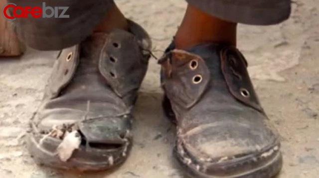 Câu chuyện cậu bé nghèo đi xin giày nhưng ông chủ bắt phải làm thêm: Đằng sau việc CHO vật chất là sự thấu hiểu giá trị của NHẬN - Ảnh 1.
