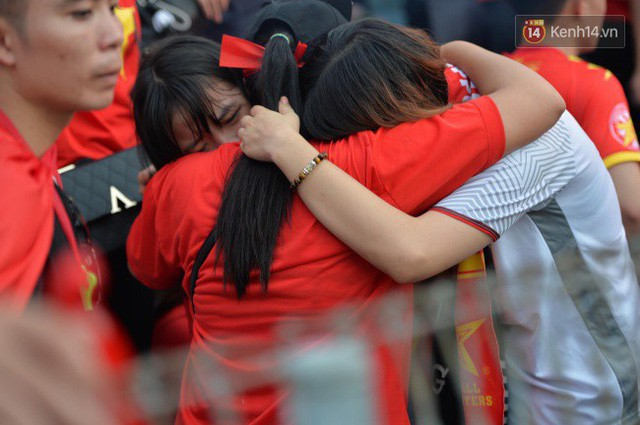 Ảnh: Người hâm mộ thẫn thờ, ôm mặt khóc nức nở khi Olympic Việt Nam vuột mất HCĐ ASIAD 1 1 sốh đáng tiếc sau loạt đá luân lưu - Ảnh 1.