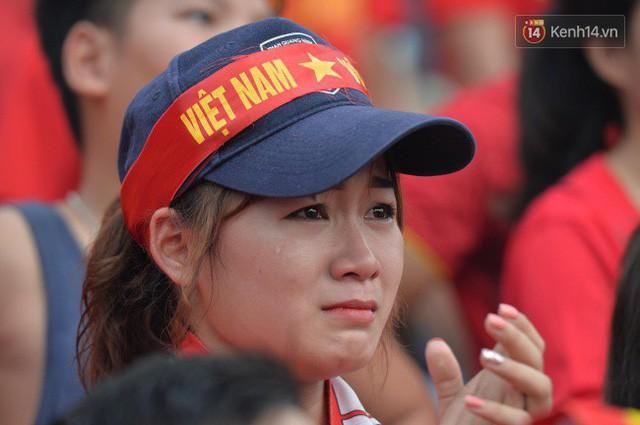 Ảnh: Người hâm mộ thẫn thờ, ôm mặt khóc nức nở khi Olympic Việt Nam vuột mất HCĐ ASIAD 1 1 sốh đáng tiếc sau loạt đá luân lưu - Ảnh 2.