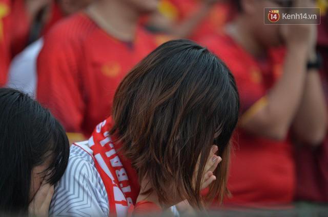 Ảnh: Người hâm mộ thẫn thờ, ôm mặt khóc nức nở khi Olympic Việt Nam vuột mất HCĐ ASIAD 1 1 sốh đáng tiếc sau loạt đá luân lưu - Ảnh 11.