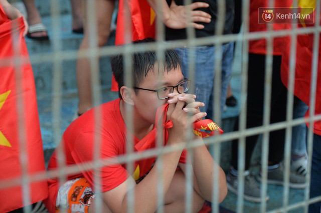 Ảnh: Người hâm mộ thẫn thờ, ôm mặt khóc nức nở khi Olympic Việt Nam vuột mất HCĐ ASIAD 1 1 sốh đáng tiếc sau loạt đá luân lưu - Ảnh 12.