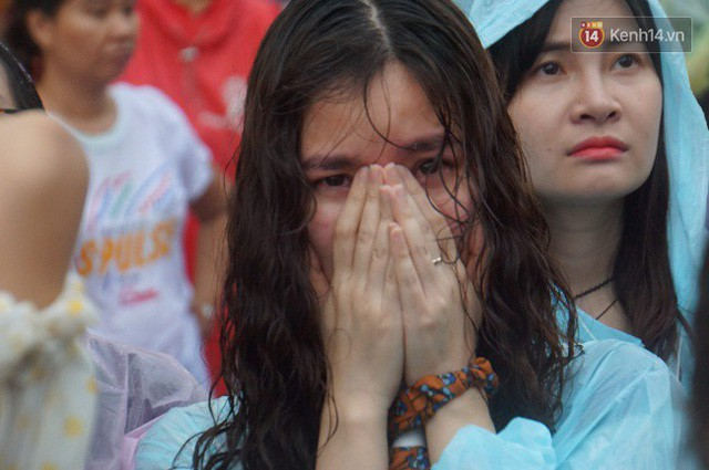 Ảnh: Người hâm mộ thẫn thờ, ôm mặt khóc nức nở khi Olympic Việt Nam vuột mất HCĐ ASIAD 1 1 sốh đáng tiếc sau loạt đá luân lưu - Ảnh 13.