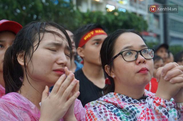 Ảnh: Người hâm mộ thẫn thờ, ôm mặt khóc nức nở khi Olympic Việt Nam vuột mất HCĐ ASIAD 1 1 sốh đáng tiếc sau loạt đá luân lưu - Ảnh 14.
