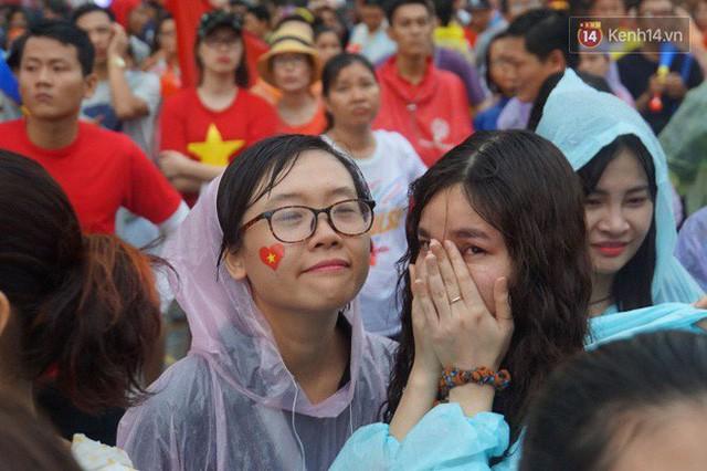 Ảnh: Người hâm mộ thẫn thờ, ôm mặt khóc nức nở khi Olympic Việt Nam vuột mất HCĐ ASIAD 1 1 sốh đáng tiếc sau loạt đá luân lưu - Ảnh 16.