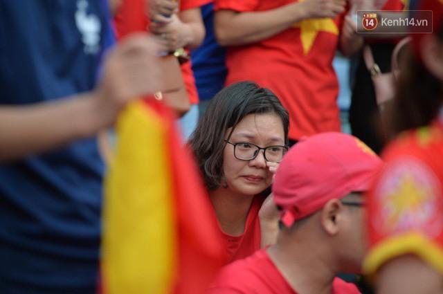 Ảnh: Người hâm mộ thẫn thờ, ôm mặt khóc nức nở khi Olympic Việt Nam vuột mất HCĐ ASIAD 1 1 sốh đáng tiếc sau loạt đá luân lưu - Ảnh 3.