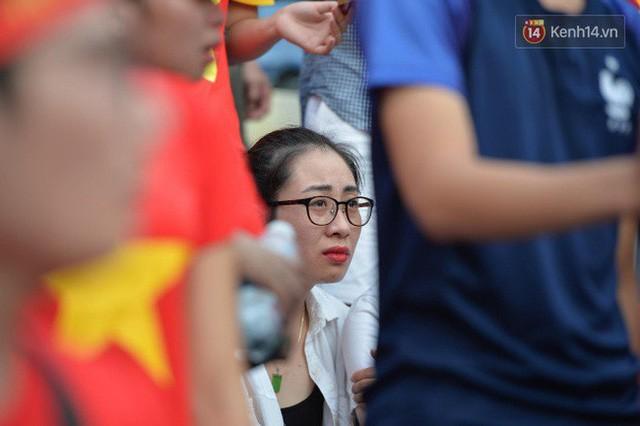 Ảnh: Người hâm mộ thẫn thờ, ôm mặt khóc nức nở khi Olympic Việt Nam vuột mất HCĐ ASIAD 1 1 sốh đáng tiếc sau loạt đá luân lưu - Ảnh 4.