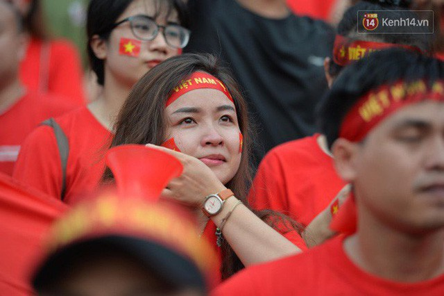 Ảnh: Người hâm mộ thẫn thờ, ôm mặt khóc nức nở khi Olympic Việt Nam vuột mất HCĐ ASIAD 1 1 sốh đáng tiếc sau loạt đá luân lưu - Ảnh 5.