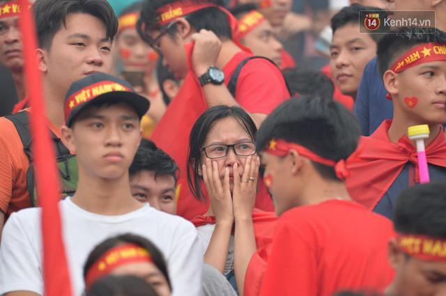 Ảnh: Người hâm mộ thẫn thờ, ôm mặt khóc nức nở khi Olympic Việt Nam vuột mất HCĐ ASIAD 1 1 sốh đáng tiếc sau loạt đá luân lưu - Ảnh 6.