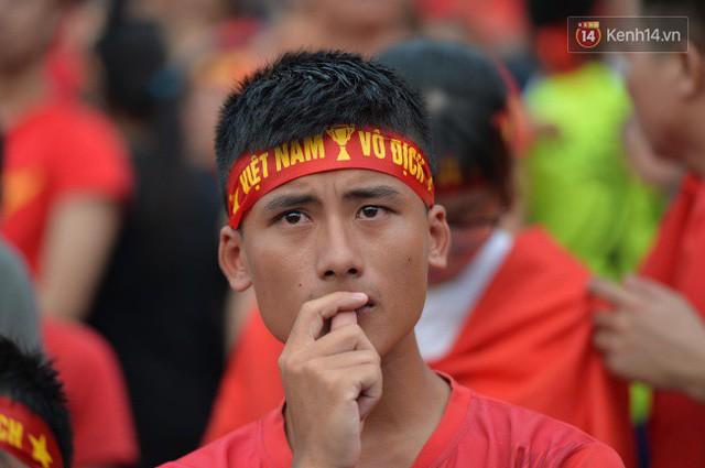 Ảnh: Người hâm mộ thẫn thờ, ôm mặt khóc nức nở khi Olympic Việt Nam vuột mất HCĐ ASIAD 1 1 sốh đáng tiếc sau loạt đá luân lưu - Ảnh 7.
