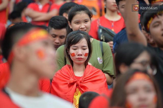 Ảnh: Người hâm mộ thẫn thờ, ôm mặt khóc nức nở khi Olympic Việt Nam vuột mất HCĐ ASIAD 1 1 sốh đáng tiếc sau loạt đá luân lưu - Ảnh 8.