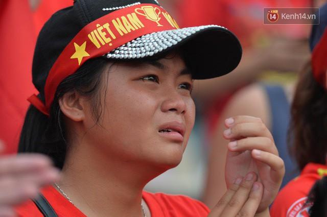 Ảnh: Người hâm mộ thẫn thờ, ôm mặt khóc nức nở khi Olympic Việt Nam vuột mất HCĐ ASIAD 1 1 sốh đáng tiếc sau loạt đá luân lưu - Ảnh 10.