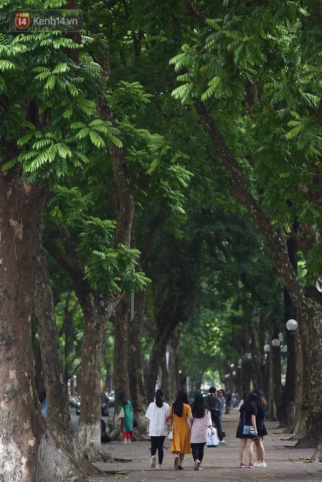 Phố đi bộ đông kín người dạo phố hưởng tiết trời thu Hà Nội - Ảnh 1.