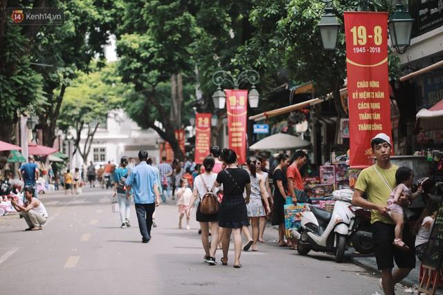 Phố đi bộ đông kín người dạo phố hưởng tiết trời thu Hà Nội - Ảnh 12.