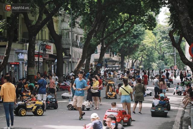 Phố đi bộ đông kín người dạo phố hưởng tiết trời thu Hà Nội - Ảnh 4.