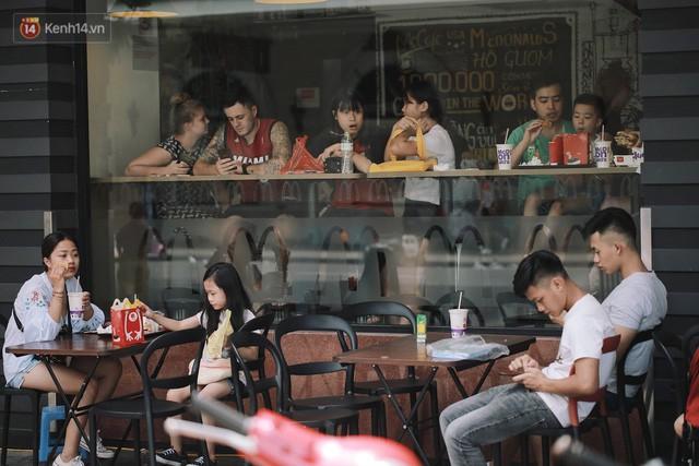 Phố đi bộ đông kín người dạo phố hưởng tiết trời thu Hà Nội - Ảnh 5.