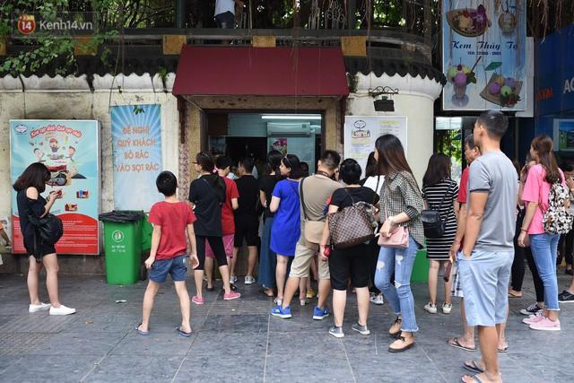 Phố đi bộ đông kín người dạo phố hưởng tiết trời thu Hà Nội - Ảnh 6.