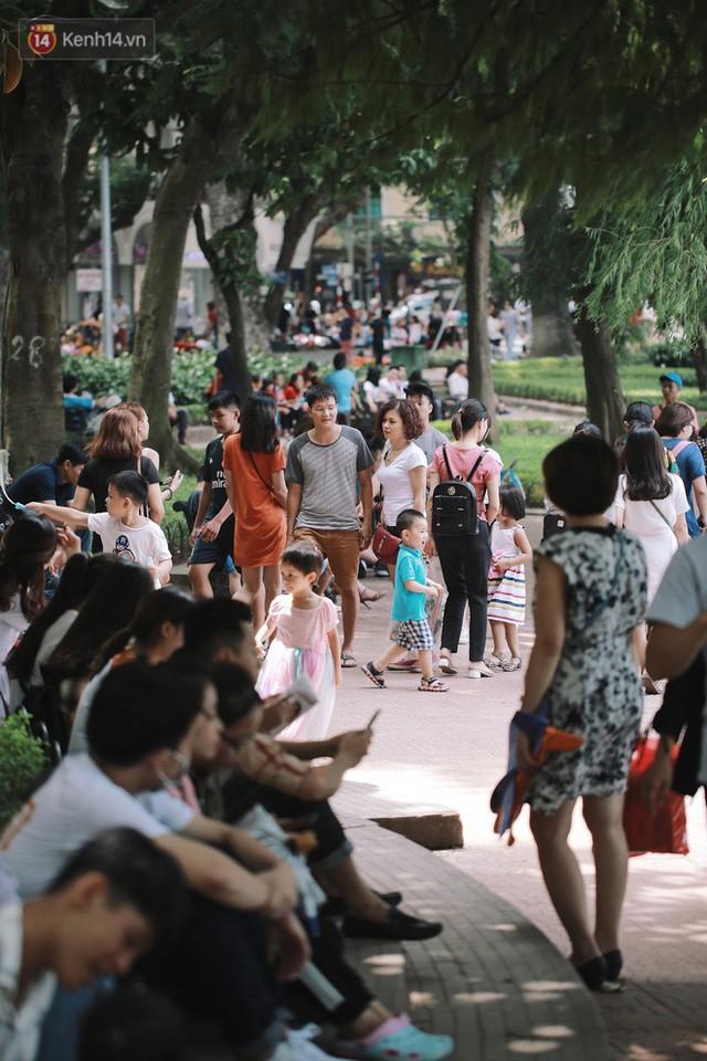 Phố đi bộ đông kín người dạo phố hưởng tiết trời thu Hà Nội - Ảnh 7.