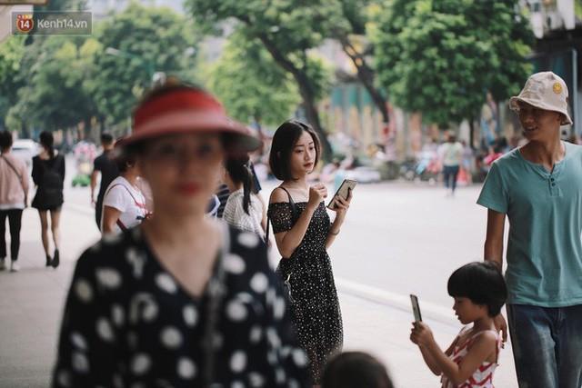 Phố đi bộ đông kín người dạo phố hưởng tiết trời thu Hà Nội - Ảnh 8.