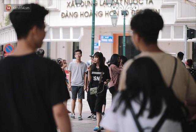 Phố đi bộ đông kín người dạo phố hưởng tiết trời thu Hà Nội - Ảnh 9.