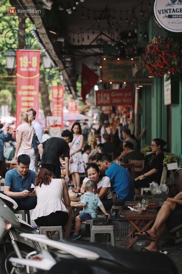 Phố đi bộ đông kín người dạo phố hưởng tiết trời thu Hà Nội - Ảnh 10.