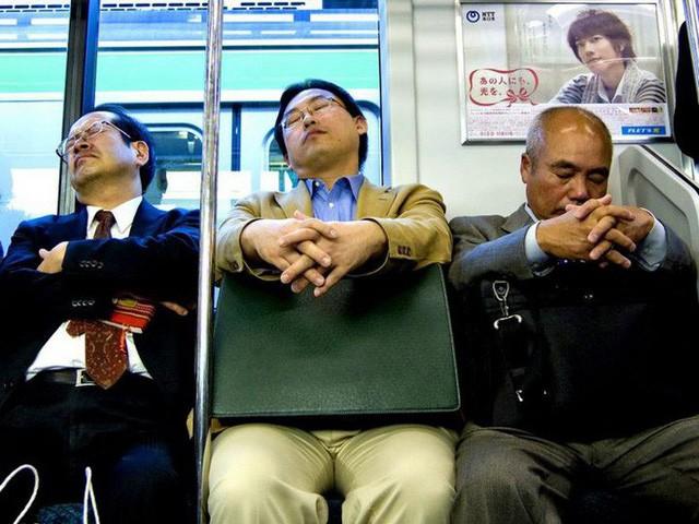 Inemuri: Nghệ thuật ngủ nơi công cộng đã trở thành thương hiệu của người Nhật Bản - Ảnh 1.