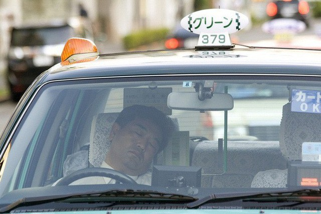 Inemuri: Nghệ thuật ngủ nơi công cộng đã trở thành thương hiệu của người Nhật Bản - Ảnh 2.