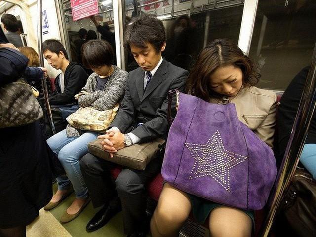 Inemuri: Nghệ thuật ngủ nơi công cộng đã trở thành thương hiệu của người Nhật Bản - Ảnh 3.