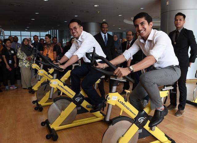 Chàng bộ trưởng Malaysia tuổi 25: Soái ca ngoài đời thực với đam mê chạy bộ và chơi điện tử - Ảnh 5.
