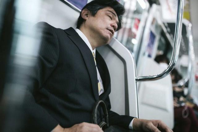 Inemuri: Nghệ thuật ngủ nơi công cộng đã trở thành thương hiệu của người Nhật Bản - Ảnh 6.