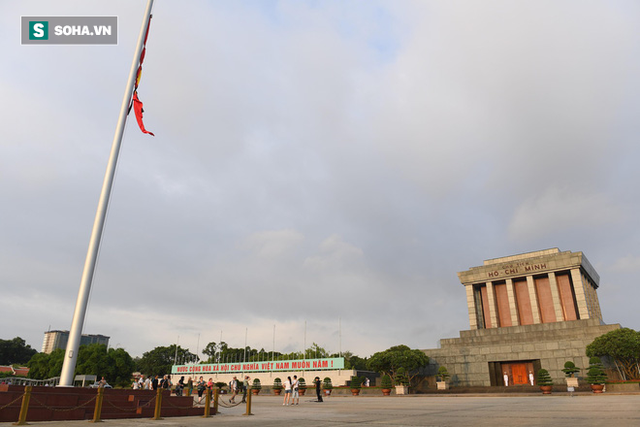 Treo cờ rủ Quốc tang Chủ tịch nước Trần Đại Quang - Ảnh 1.