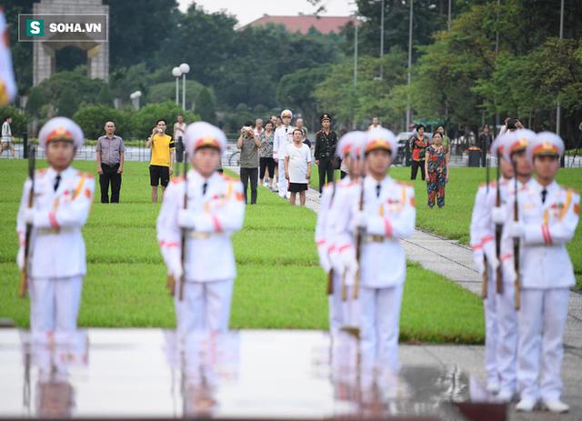 Treo cờ rủ Quốc tang Chủ tịch nước Trần Đại Quang - Ảnh 2.