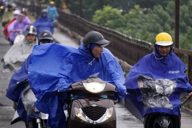 Đêm nay miền Bắc đón gió mùa đông bắc, Hà Nội mưa dông - Ảnh 1.