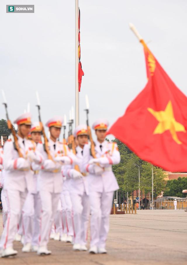 Treo cờ rủ Quốc tang Chủ tịch nước Trần Đại Quang - Ảnh 13.