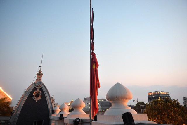 Treo cờ rủ Quốc tang Chủ tịch nước Trần Đại Quang - Ảnh 15.