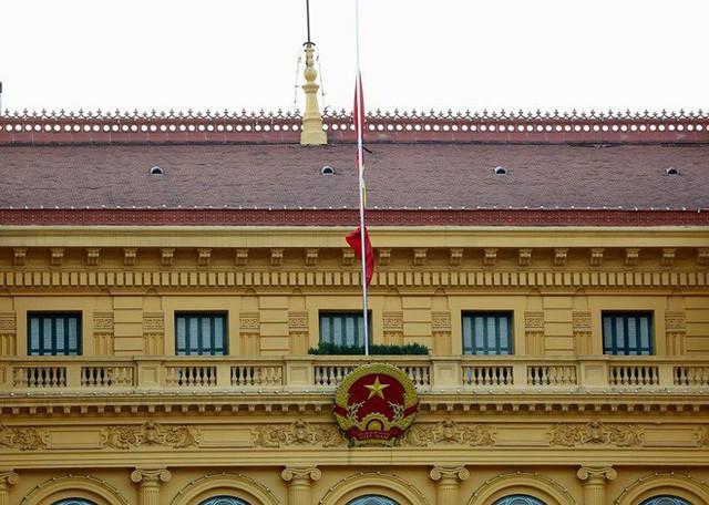 Treo cờ rủ Quốc tang Chủ tịch nước Trần Đại Quang - Ảnh 17.