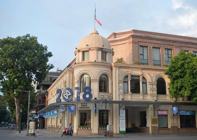 Treo cờ rủ Quốc tang Chủ tịch nước Trần Đại Quang - Ảnh 18.