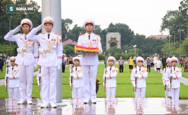 Treo cờ rủ Quốc tang Chủ tịch nước Trần Đại Quang - Ảnh 3.