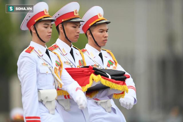 Treo cờ rủ Quốc tang Chủ tịch nước Trần Đại Quang - Ảnh 4.