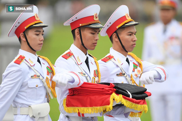Treo cờ rủ Quốc tang Chủ tịch nước Trần Đại Quang - Ảnh 5.