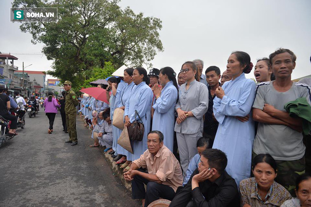Người dân Ninh Bình ôm di ảnh đón thi hài cố Chủ tịch nước Trần Đại Quang - Ảnh 1.