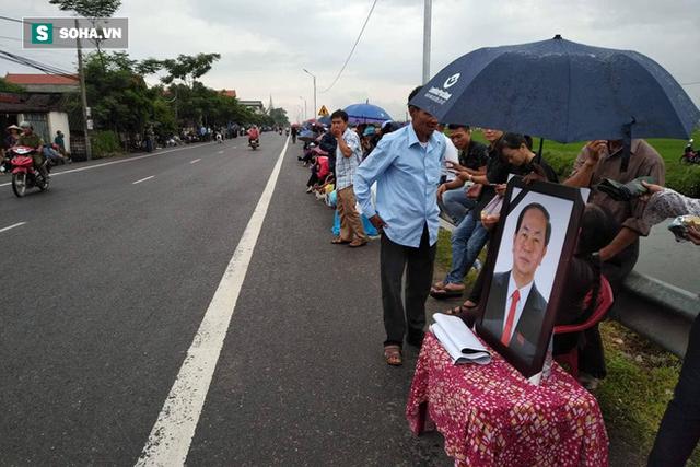 Người dân Ninh Bình ôm di ảnh đón thi hài cố Chủ tịch nước Trần Đại Quang - Ảnh 2.