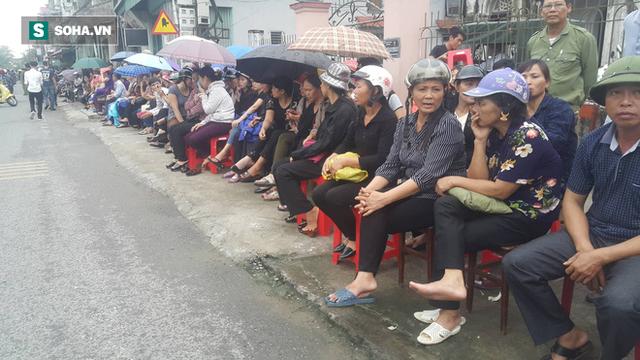 Người dân Ninh Bình ôm di ảnh đón thi hài cố Chủ tịch nước Trần Đại Quang  - Ảnh 3.