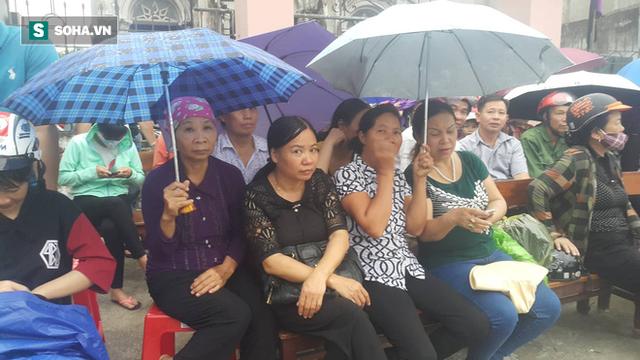 Người dân Ninh Bình ôm di ảnh đón thi hài cố Chủ tịch nước Trần Đại Quang - Ảnh 4.