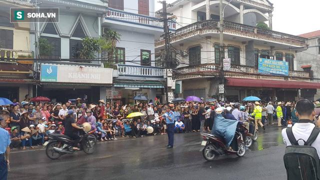 Người dân Ninh Bình ôm di ảnh đón thi hài cố Chủ tịch nước Trần Đại Quang  - Ảnh 5.