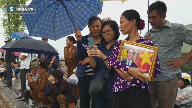 Người dân Ninh Bình ôm di ảnh đón thi hài cố Chủ tịch nước Trần Đại Quang  - Ảnh 9.