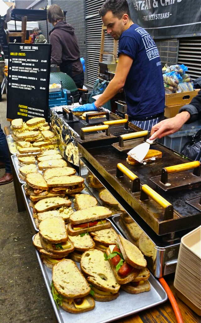 Trải nghiệm văn hóa ẩm thực đường phố London với tiệm bánh mì nướng phô mai lưu động - Ảnh 1.